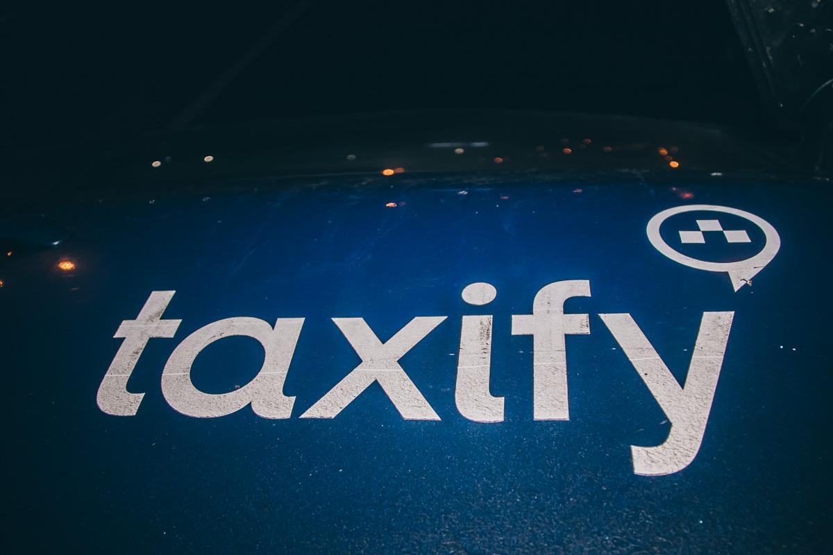 На авто были наклейки службы таксиTaxify