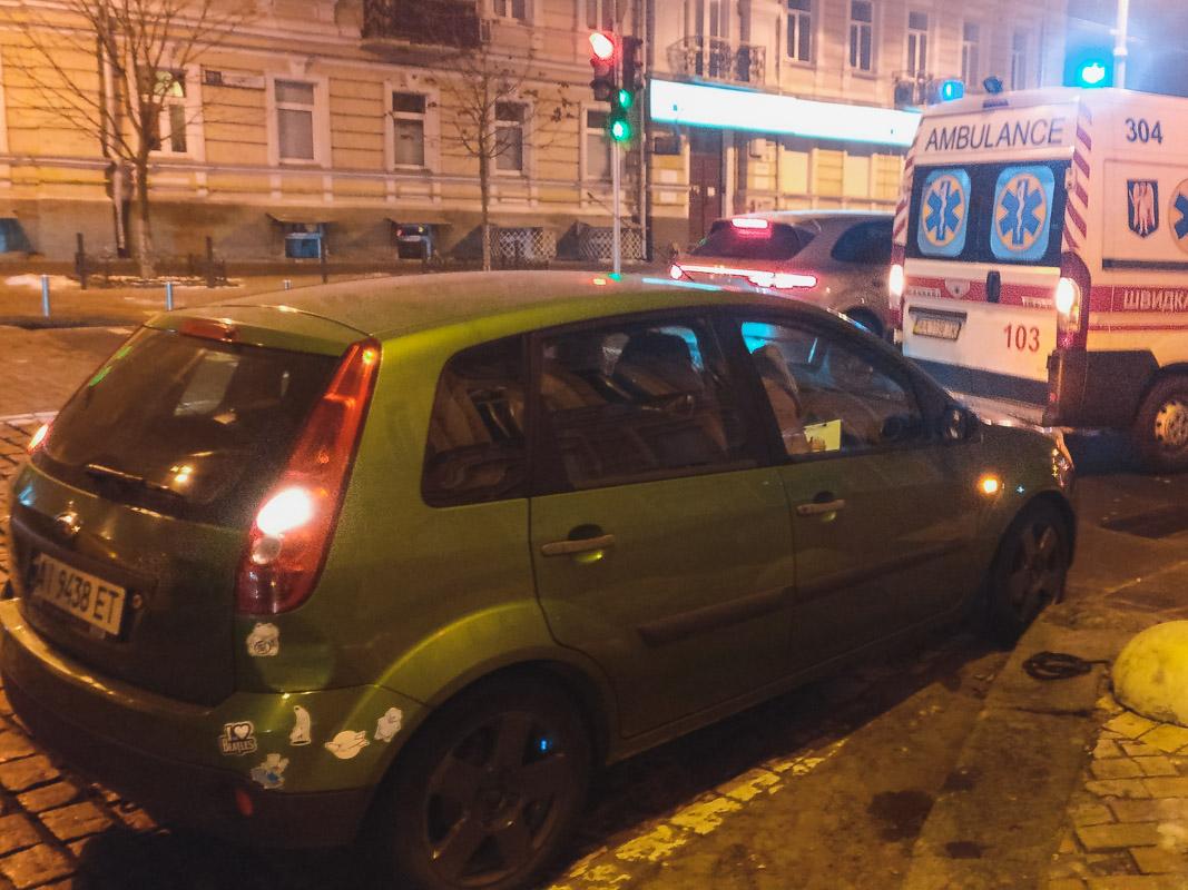 На Софийской площади троллейбус прижал мужчину к автомобилю