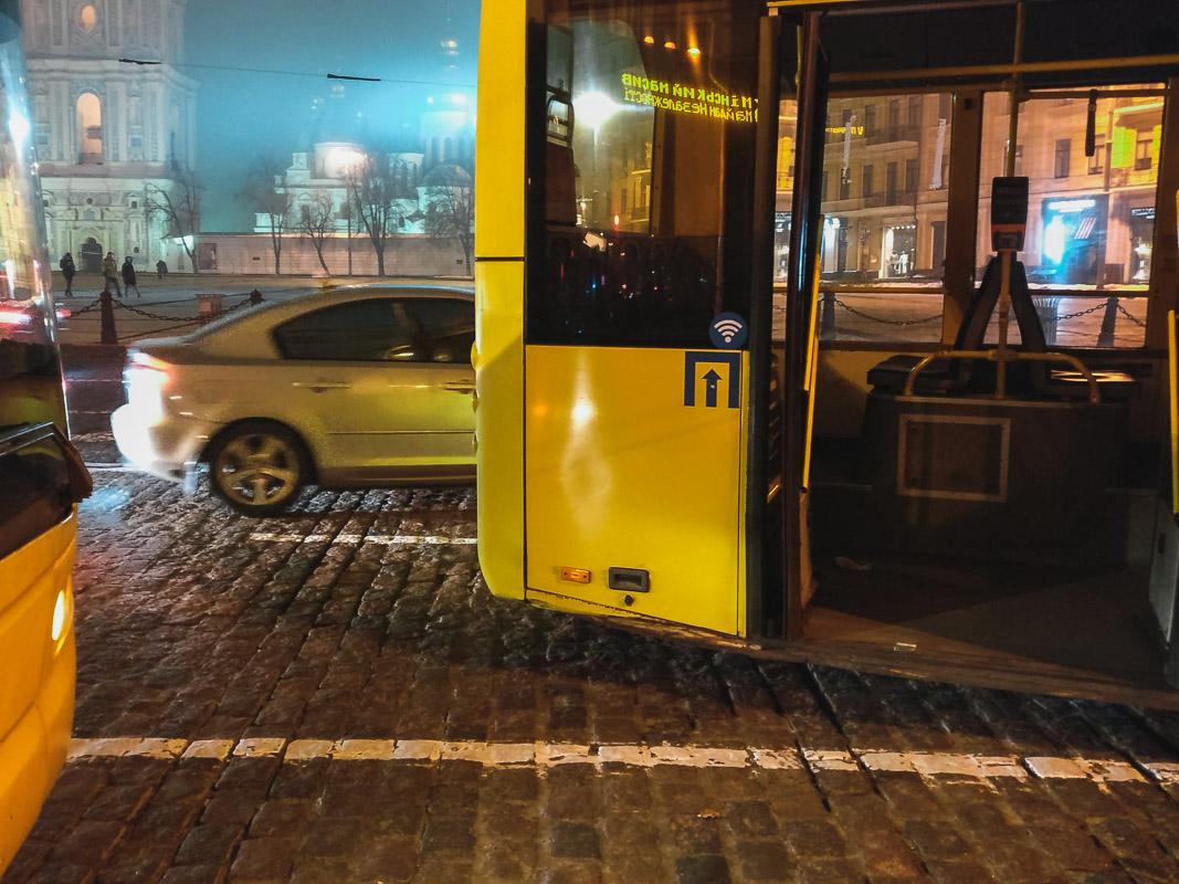 Водитель троллейбуса пытался остановить транспорт, выбежав перед ним