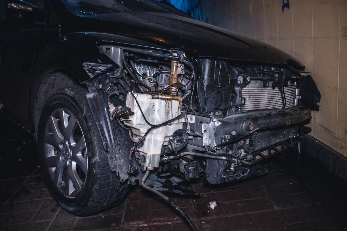 В результате столкновения у машины оказался пробит бензобак и бензин разлился по всему пешеходному переходу