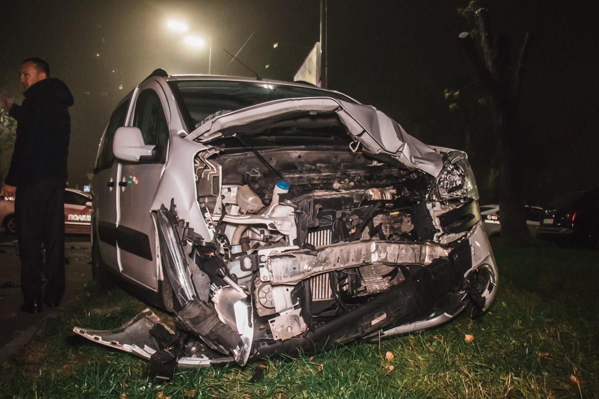 На перекрестке улицы Депутатской и бульвара Вернадского произошла авария с участием автомобилейRenault Laguna иCitroеn Berlingo