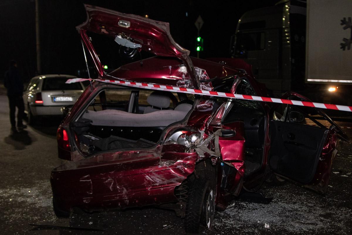 Водитель фуры двигался на зеленый свет светофора, не заметил Daewoo и снес его на середину проезжей части