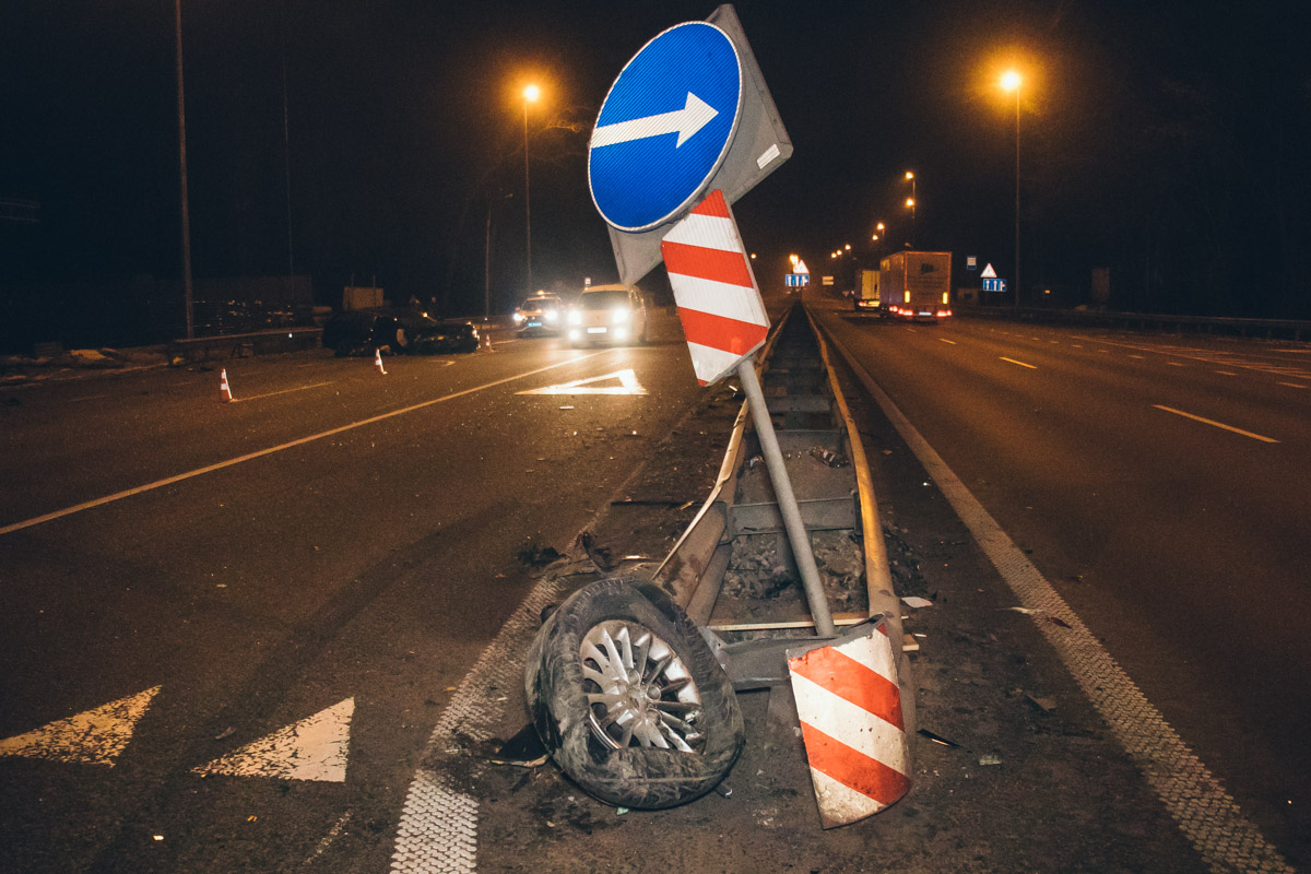 От удара об отбойник, у BMW оторвалось правое переднее колесо