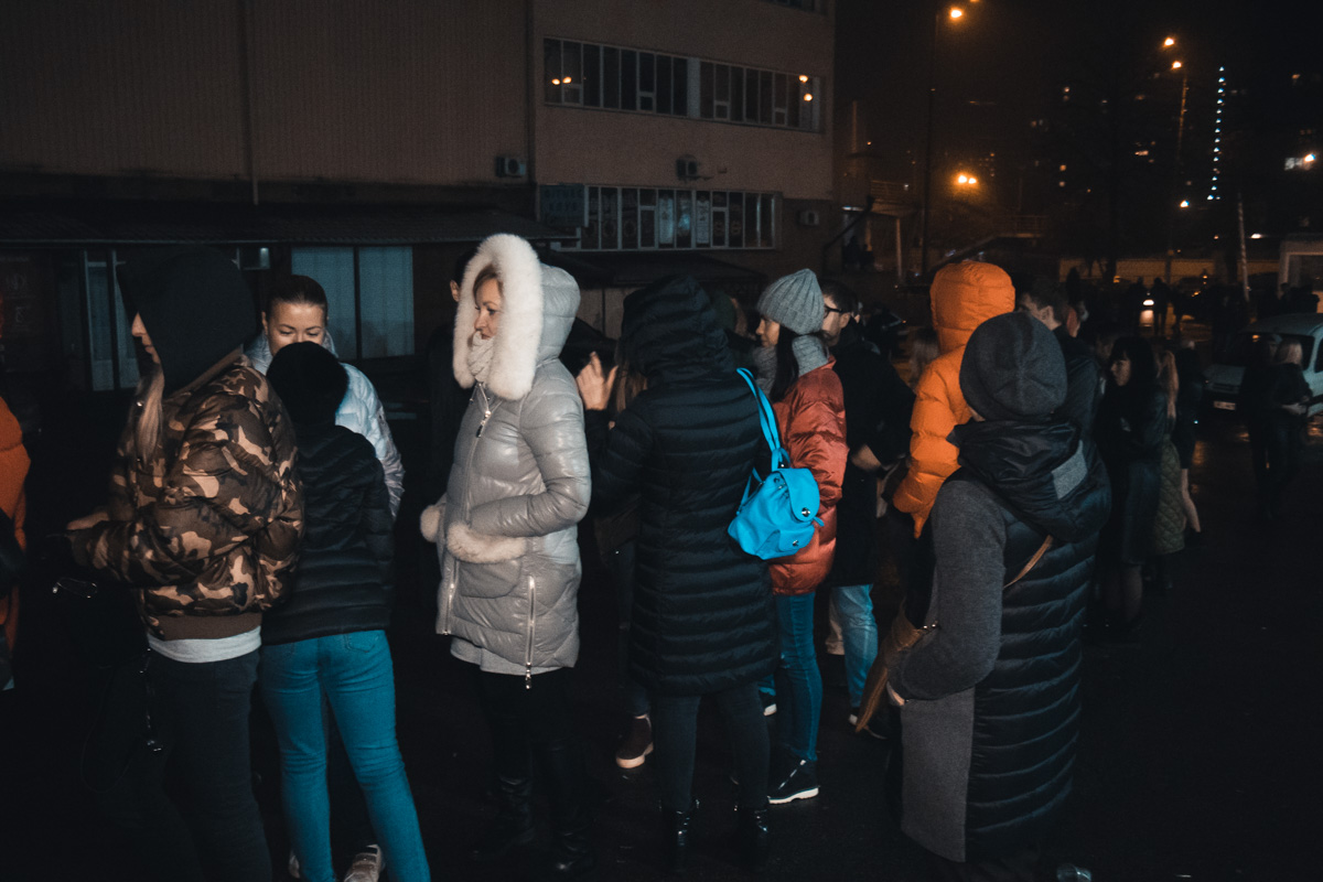 Девушки сплетничали о том, что в Киев вместе с Элджеем приехала его пассия блогерша и телеведущая Настя Ивлеева