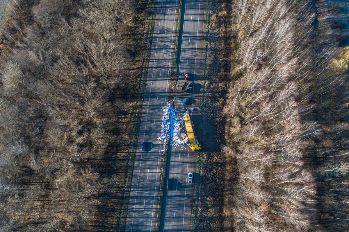 На 76-м километре Житомирской грузовик DAF снес несколько метров отбойника и перевернулся