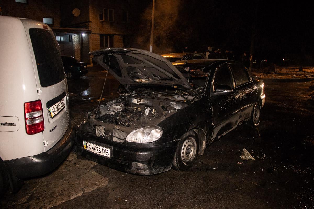 Пламя фактически уничтожило Toyota и рядом стоящий Daewoo Sens