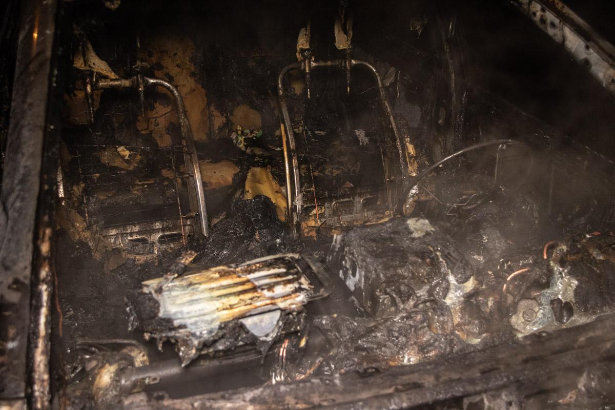 По предварительной информации, очаг возгорания находился под капотом