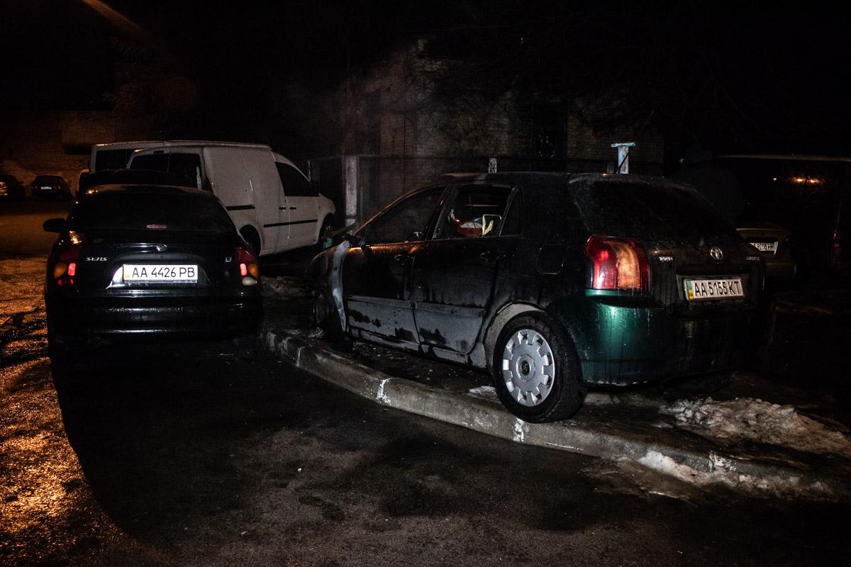 Огонь перешел на три рядом стоящих автомобиля