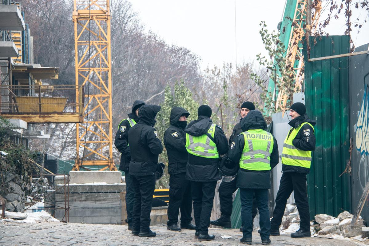 Городские службы в сотрудничестве со столичной полицией начали убирать незаконно размещенный строительный кран