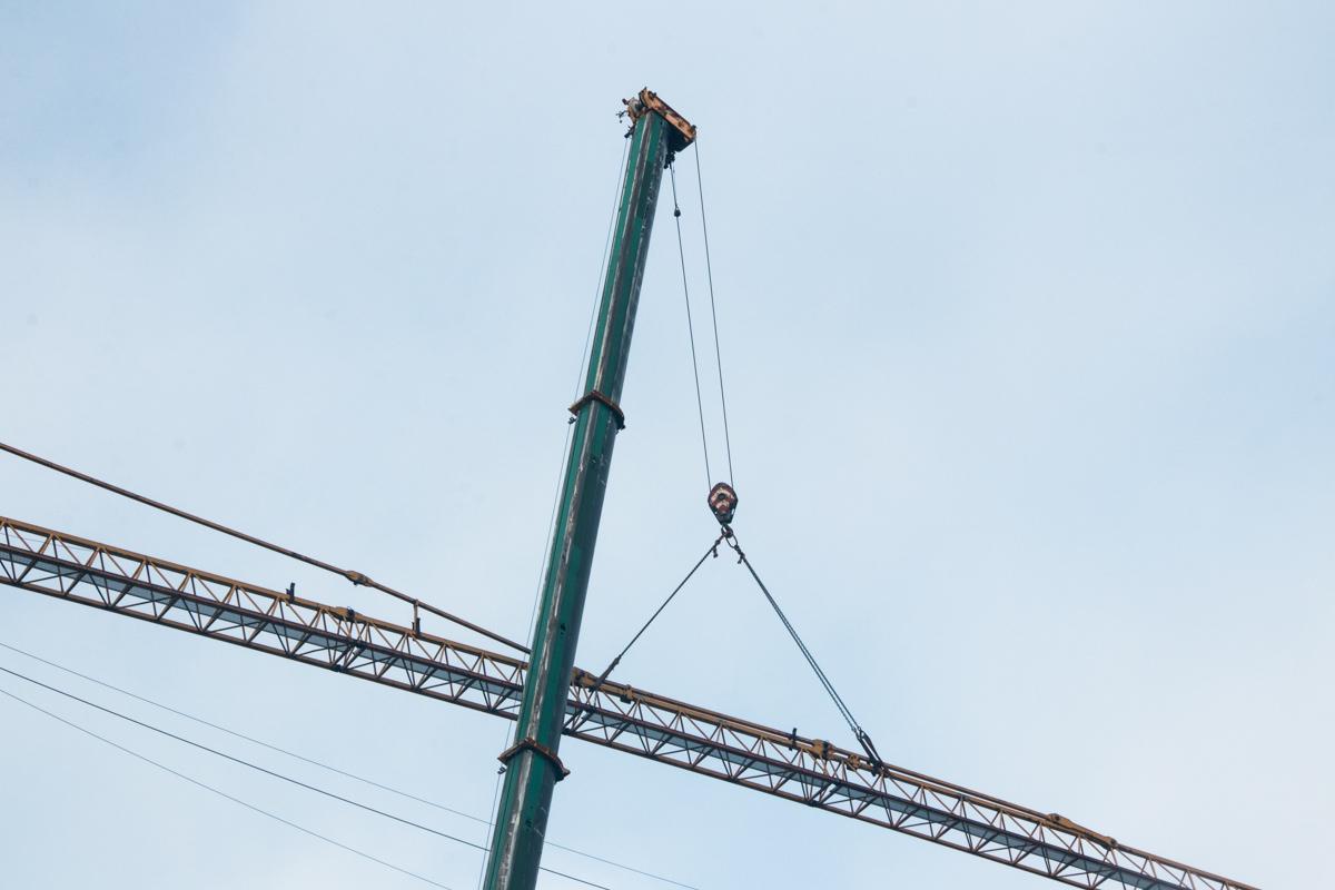 Кран демонтируют со скандальной стройки на Андреевском спуске, 14-16