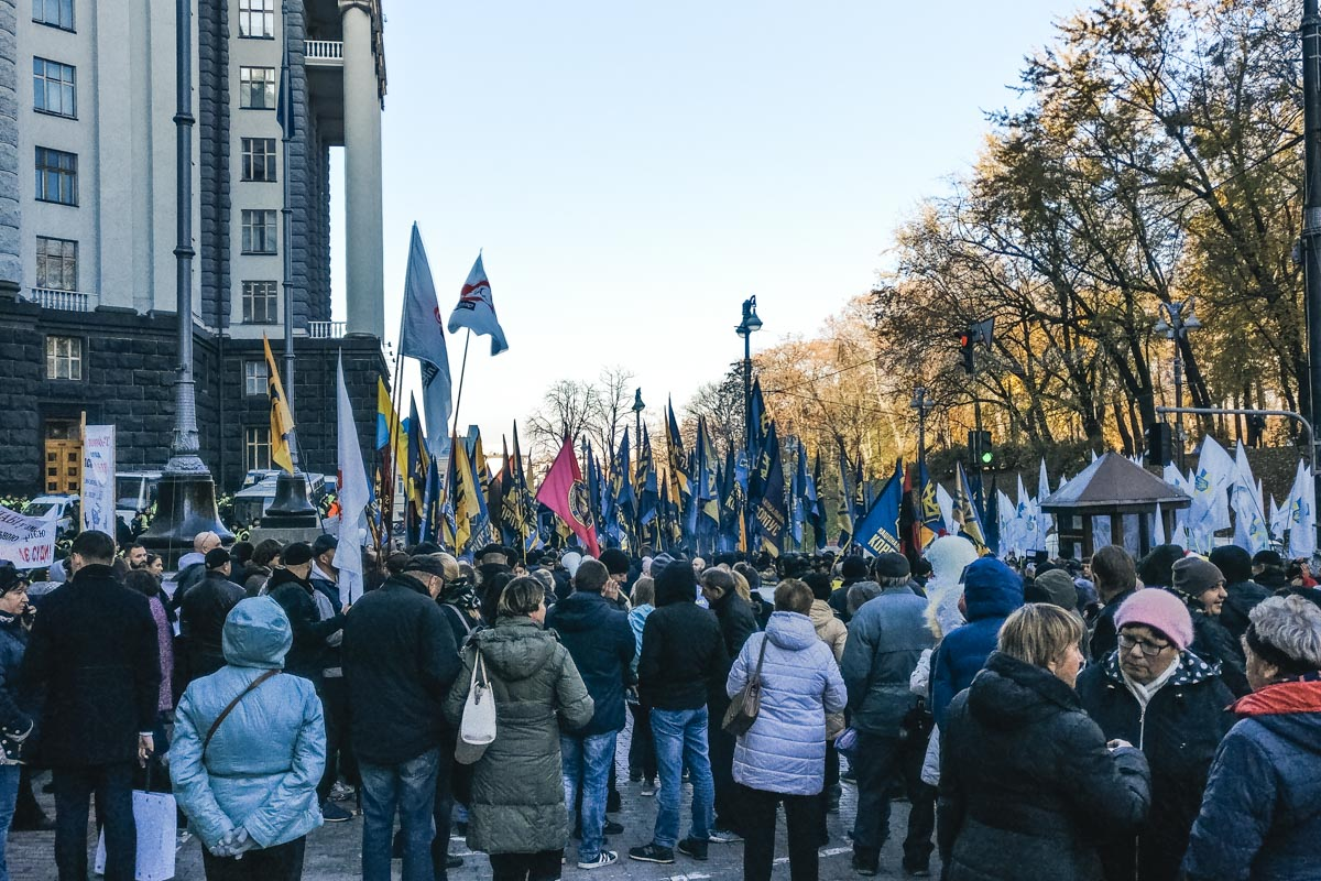 Среди митингующих - члены Единого союза патриотов Украины, Национальных дружин, Национального корпуса и ветераны АТО,