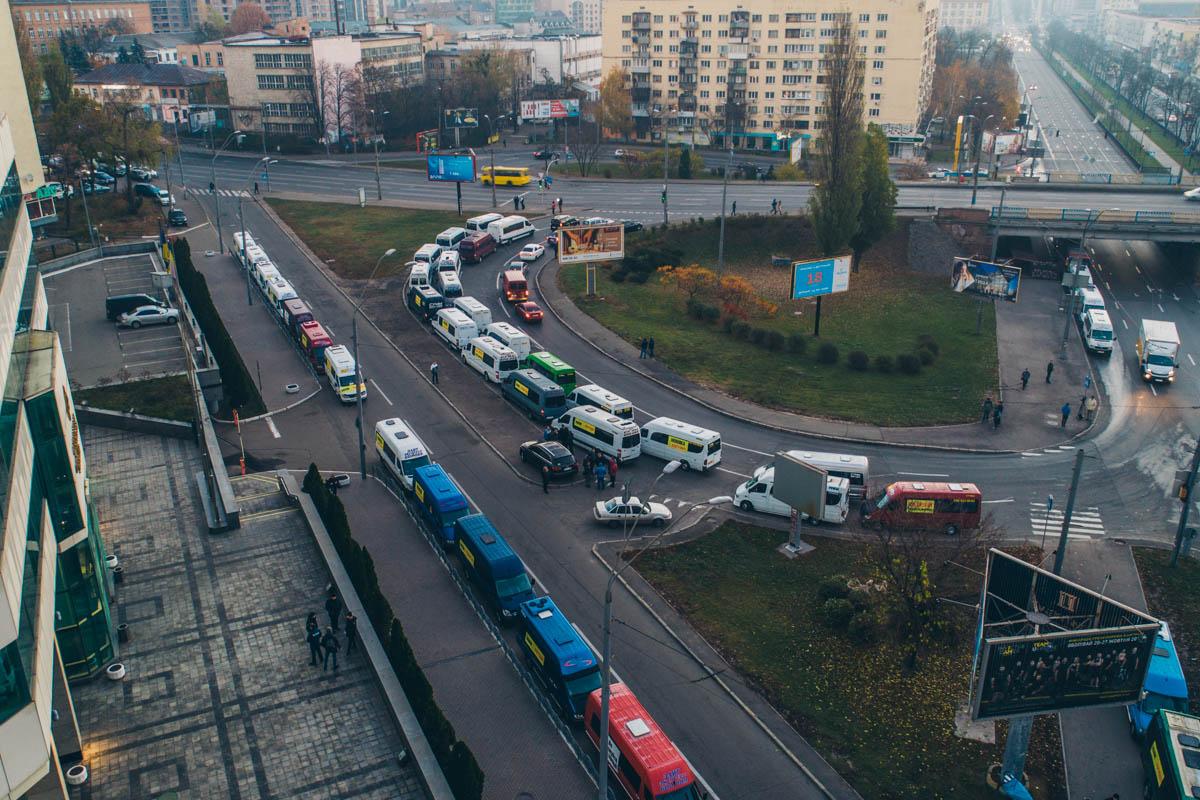 Возле Министерства припарковались не менее ста автобусов