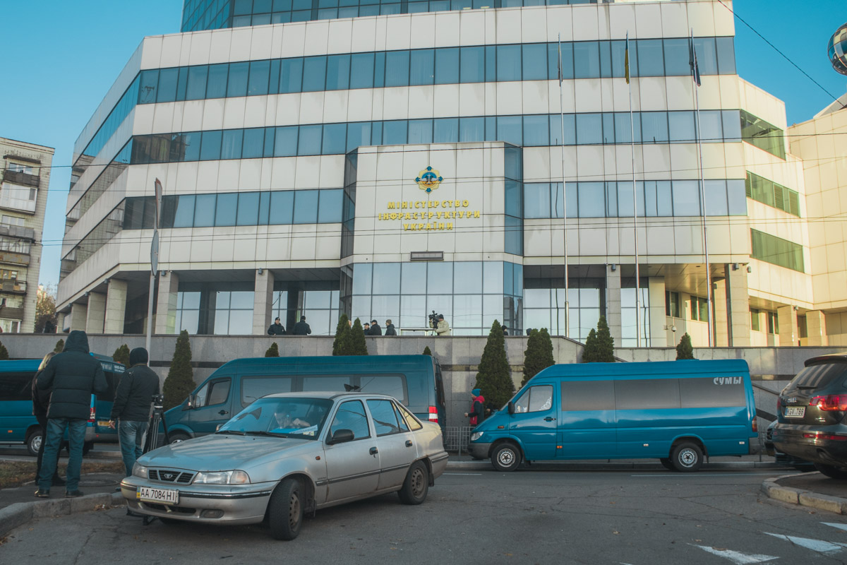 Сейчас перевозчики остановились возле Министерства Инфраструктуры