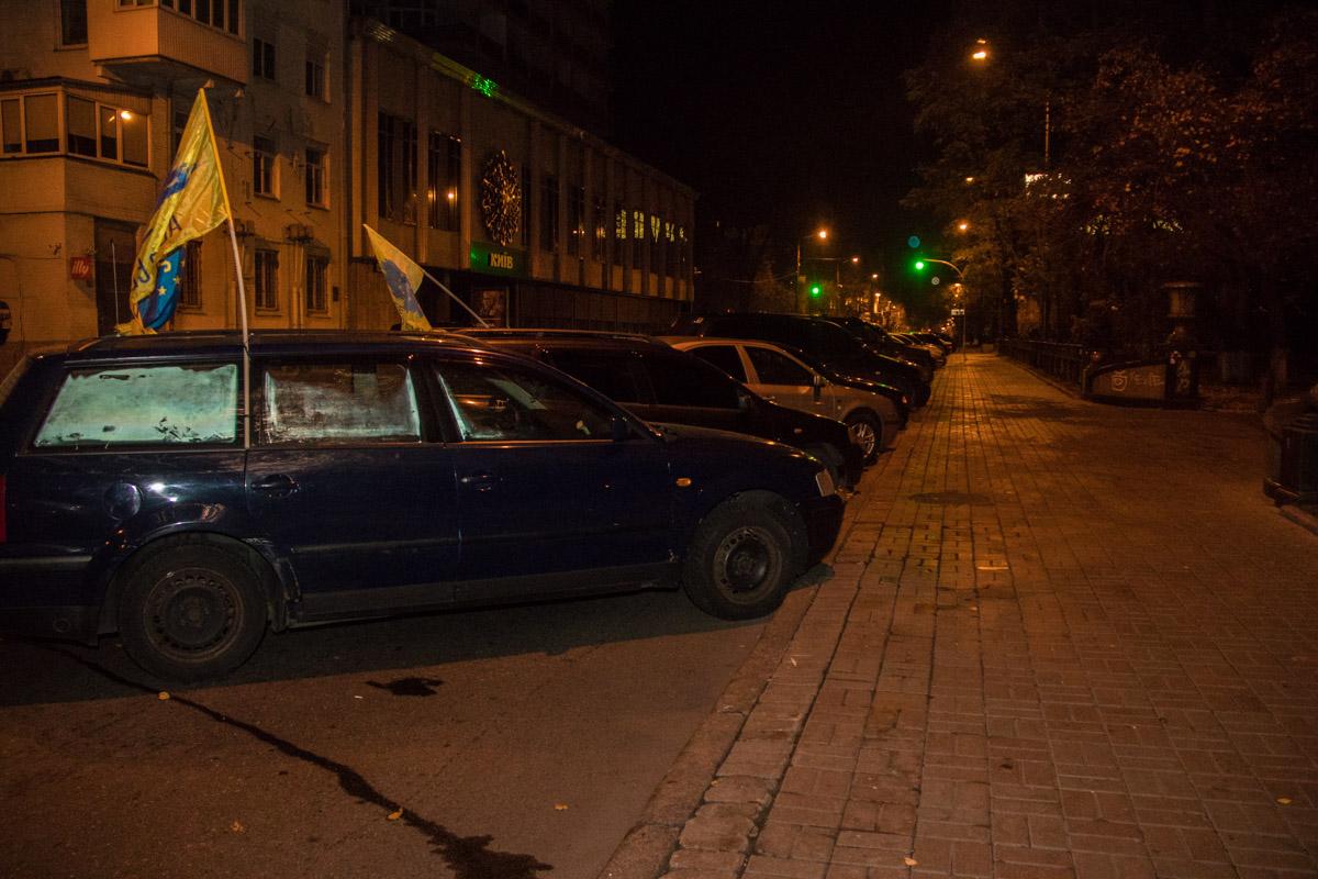 В ночь на 8 ноября улица Грушевского была заставлена автомобилями на еврономерах