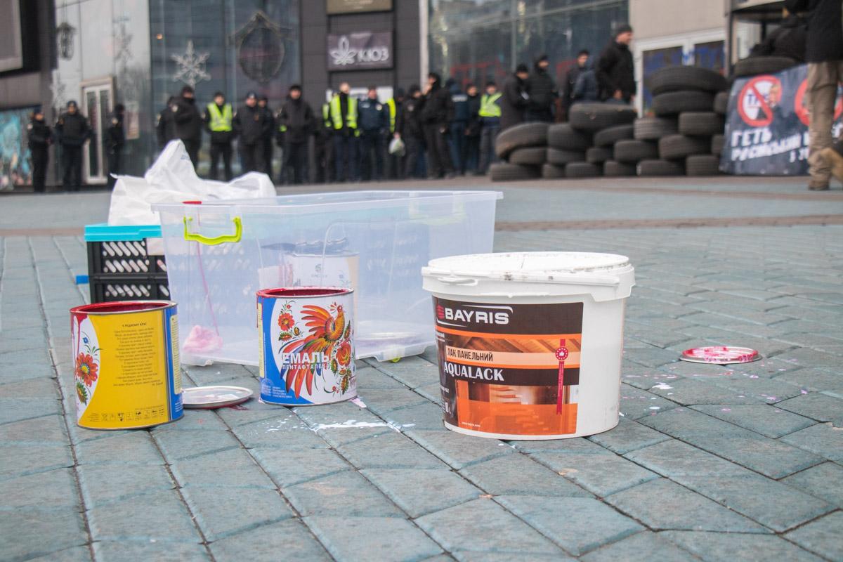 """Под зданием ТРЦ Ocean Plaza собрались представители организации """"Сокол"""""""