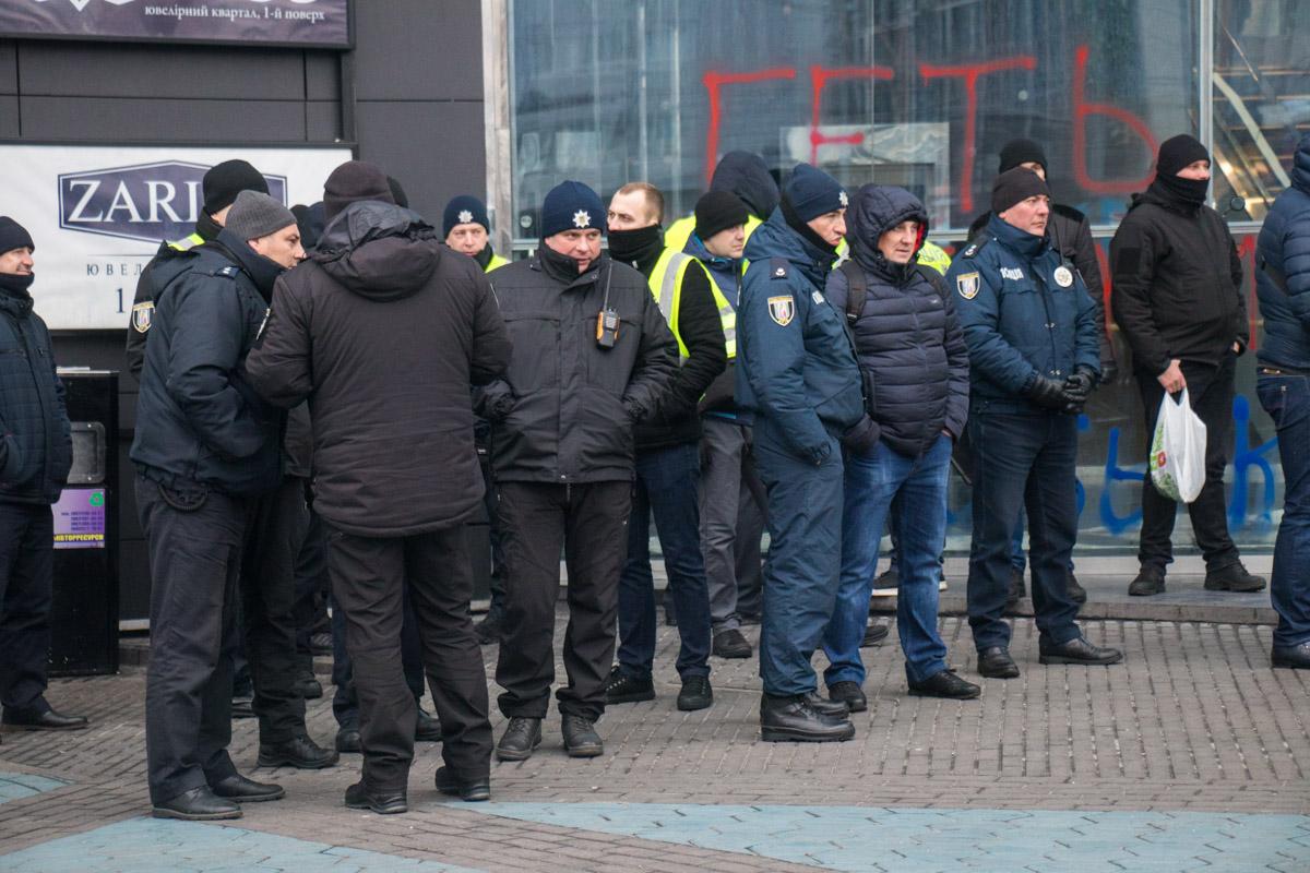 Возле ТРЦ дежурили полицейские и пожарные