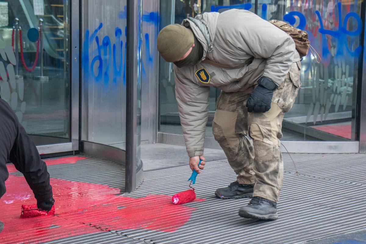 """Активисты говорят, что это """"кровь"""""""