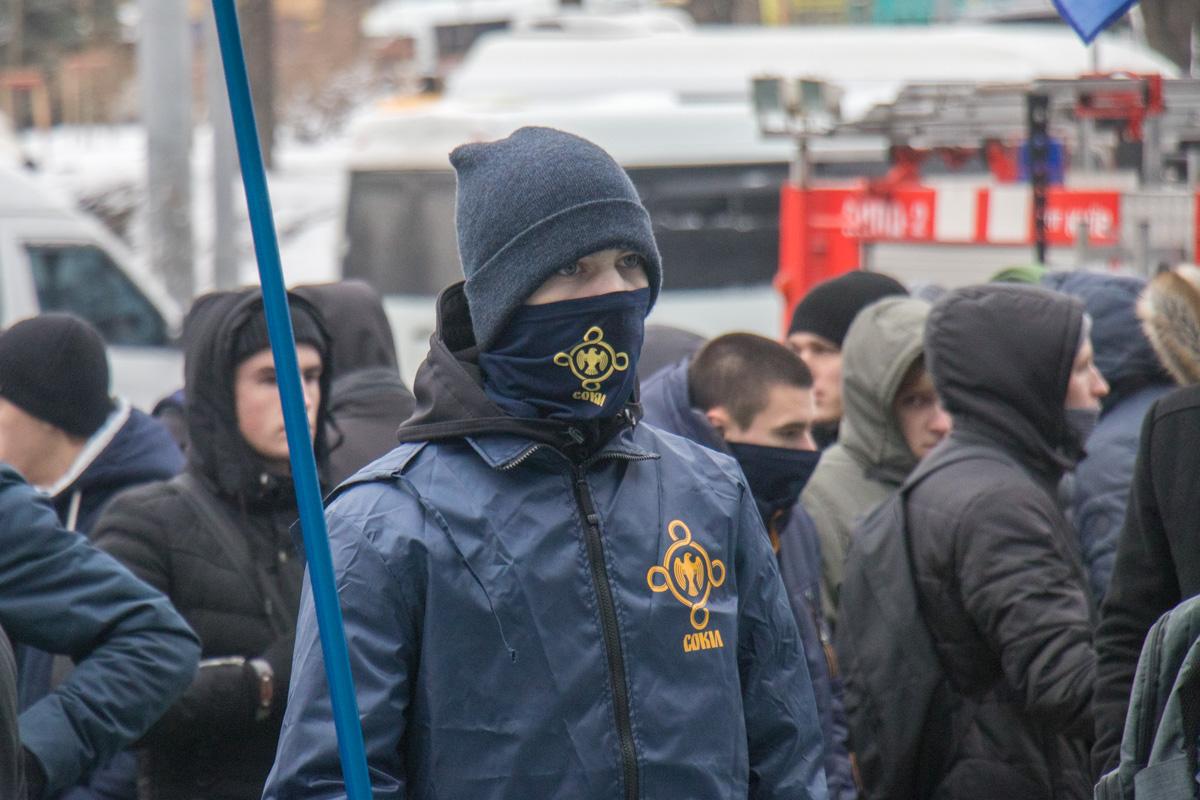 Многие участники скрывают лица и отказываются говорить на камеру