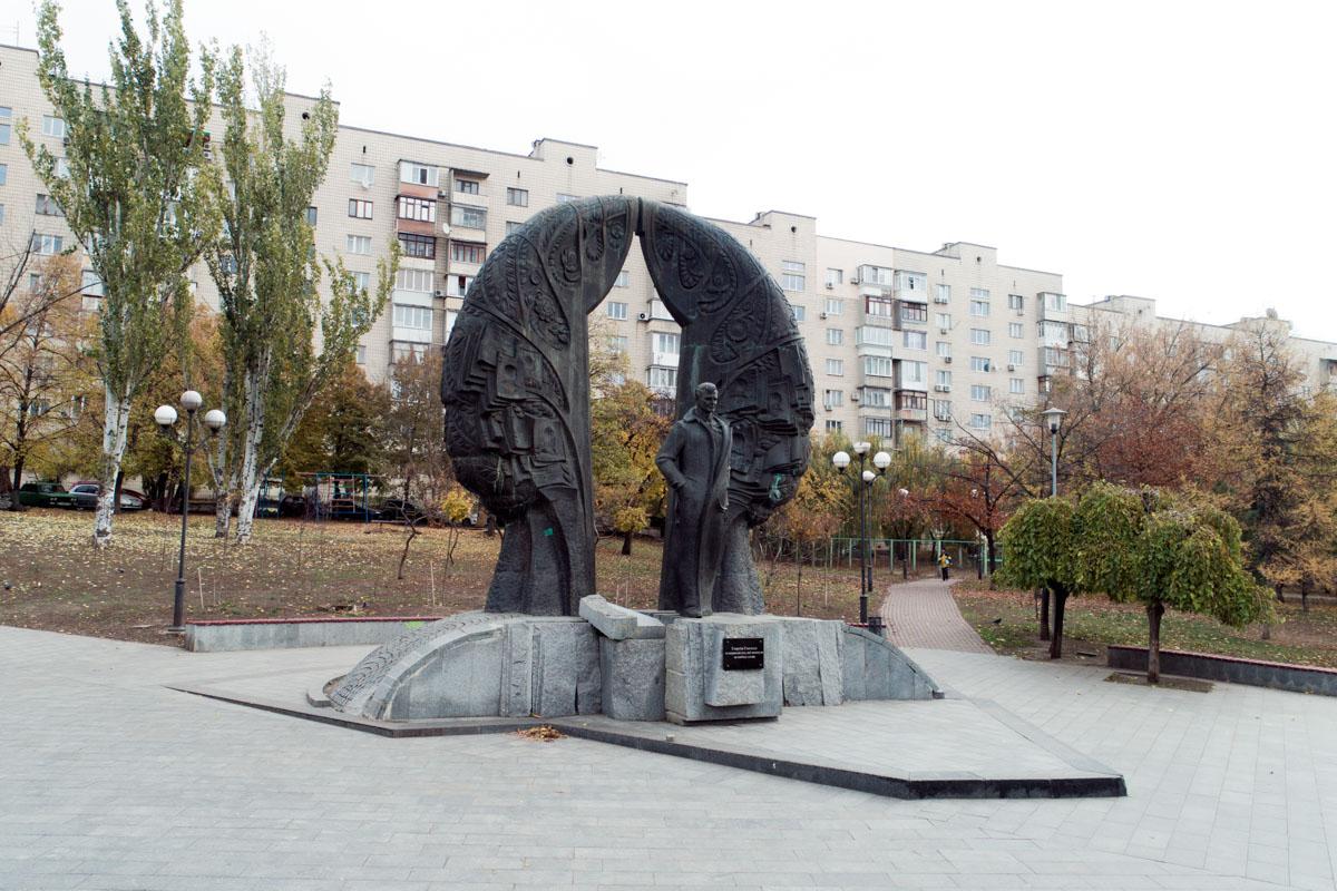 Высота монумента 8 метров