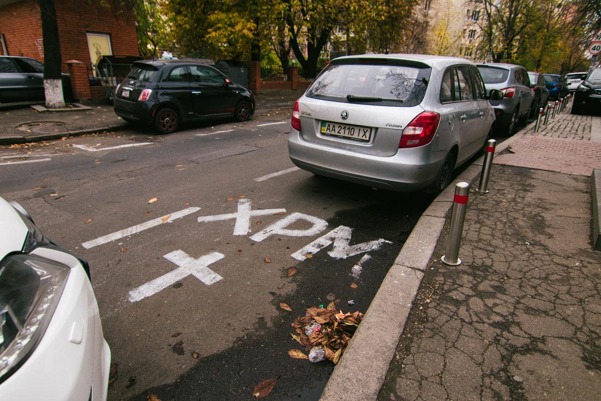 Представители Свято-Введенского монастыря обозначили на дороге для общего пользования место для личной парковки