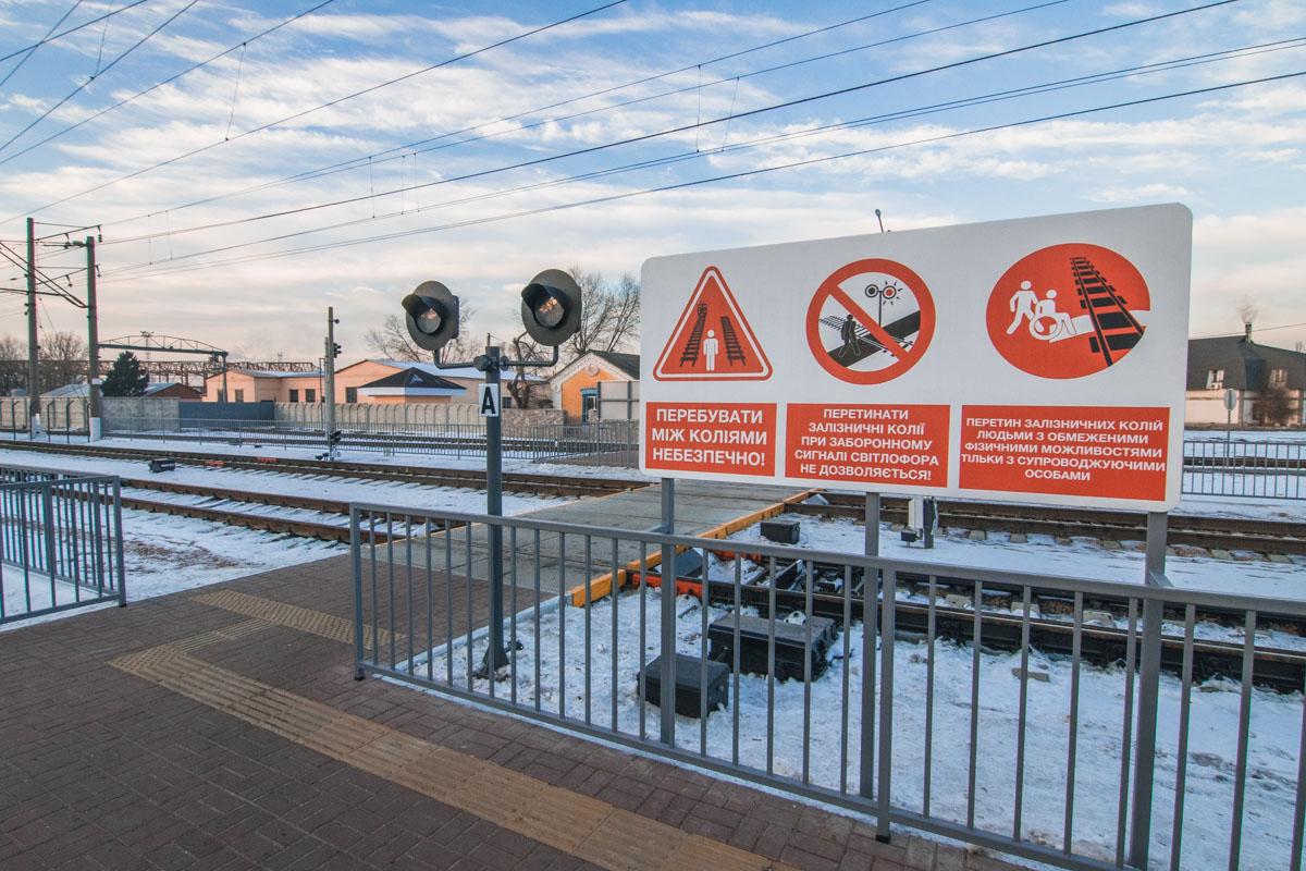 Переход оборудован дорожными знаками безопасности, световой и звуковой сигнализацией, имеет горизонтальную разметку, а также не ограничивает обзор пешеходам