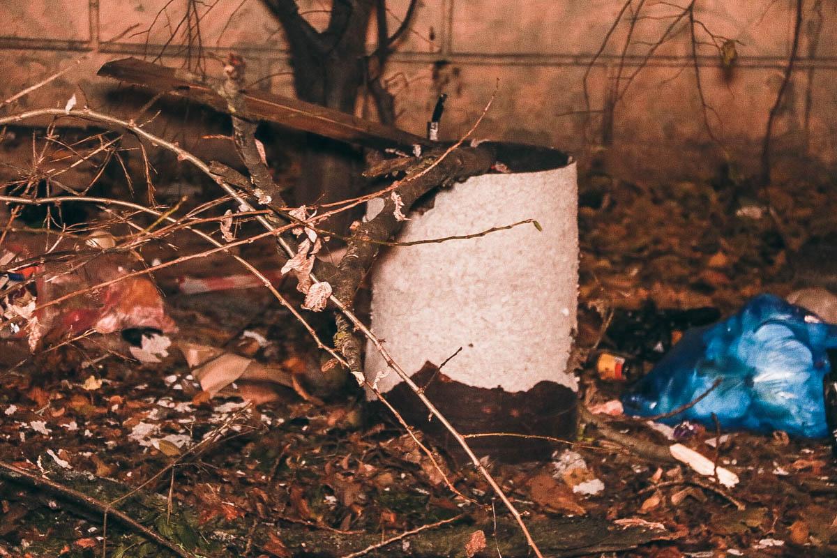 Что именно взорвалось - неизвестно, однако бетонная урна получила повреждения