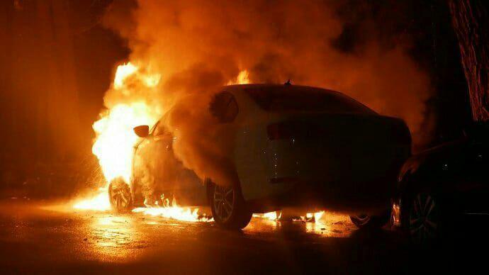 Фото пылающей машины от очевидцев