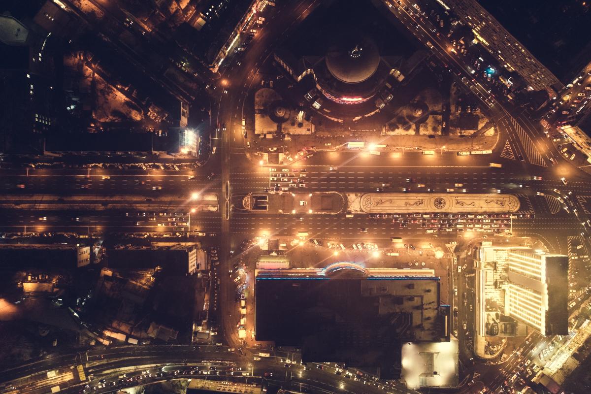 В огнях вечернего города люди едут по обычным маршрутам и даже не задумываются, что в тысячах лампочек таится красота