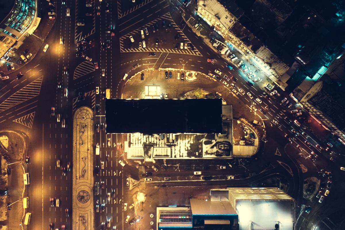 Площадь Победы красива по своему, особых красок добавляют сотни автомобилей, которые едут по своим делам или просто домой