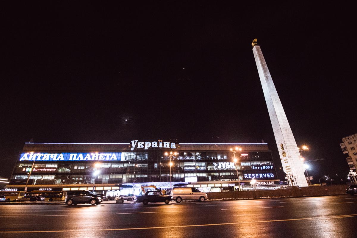 По адресу площадь Победы размещены только три здания, одно из них торговый центр Украина
