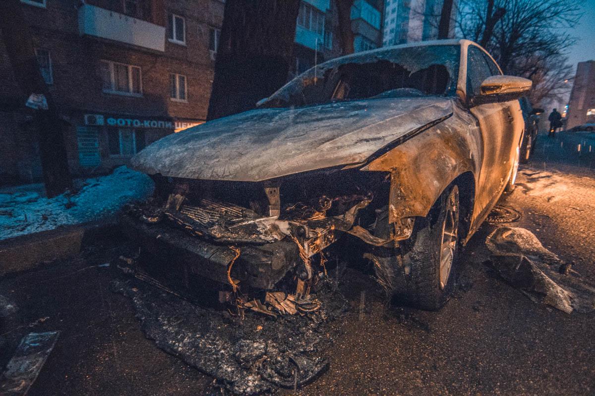 На улице Хомова сожгли автомобильVolkswagen Jetta, который принадлежит посольству Российской Федерации