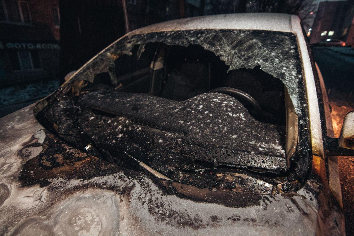 Очевидцы не слышали хлопков и не видели людей, которые подожгли автомобиль