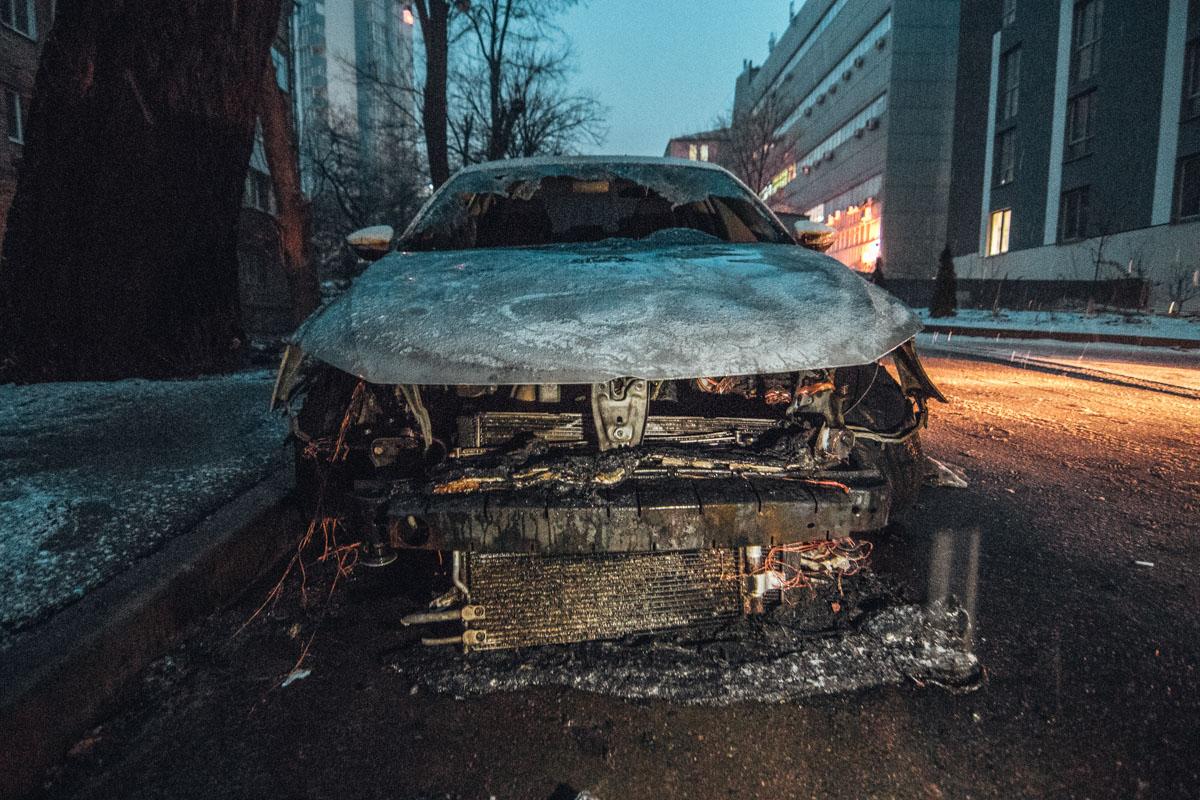 В результате пожара, у автомобиля серьезно обгорела вся передняя часть и разбито лобовое стекло