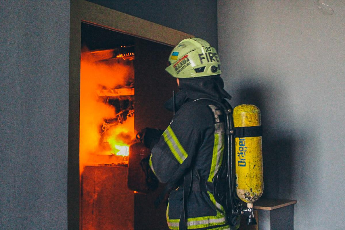 Огонь распространился по коридору на 20 этаже