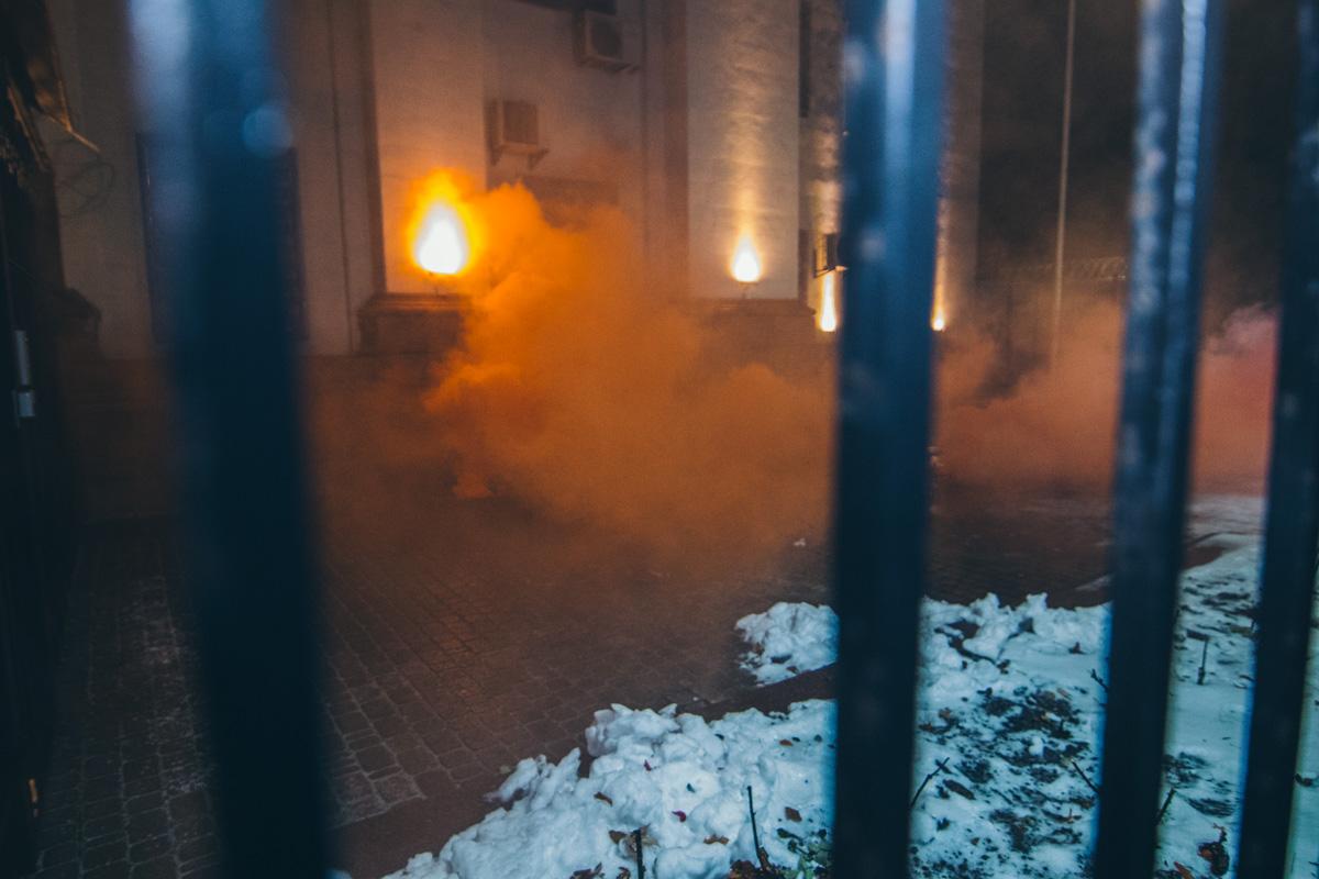 Посольство России забросали дымовыми шашками
