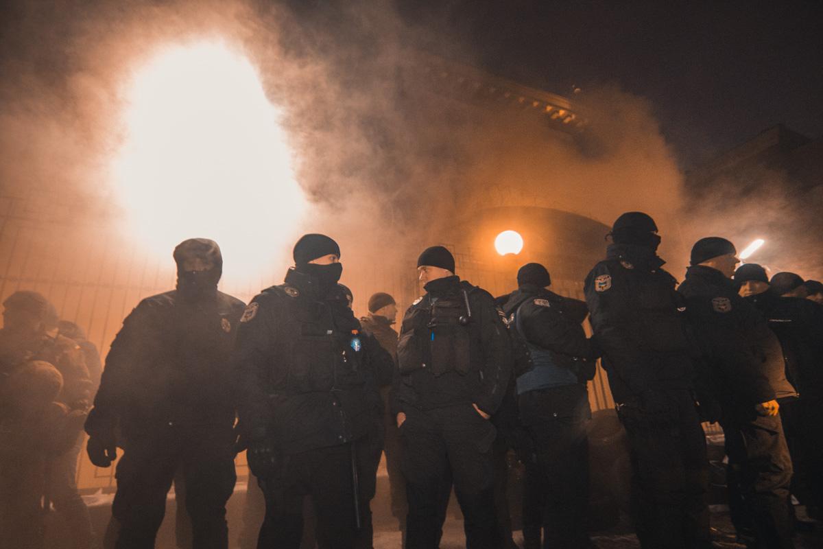 Вся территория посольства РФ была в едком дыму