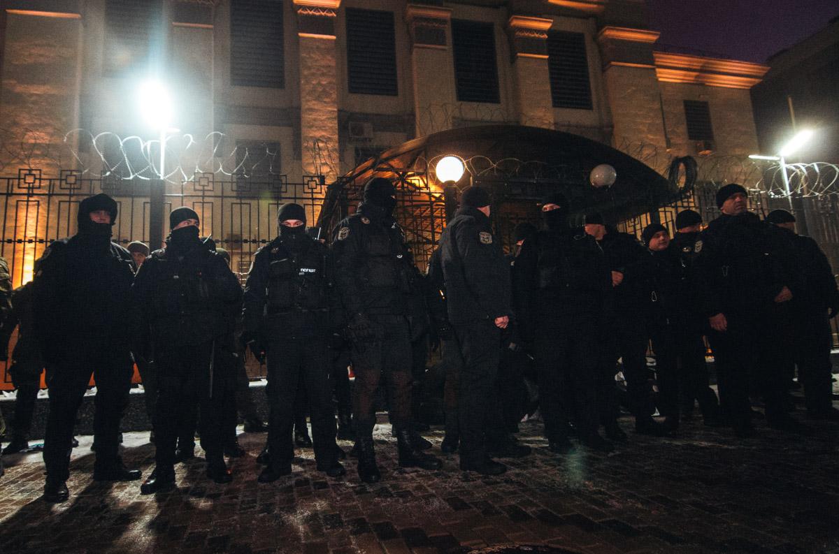 Силовики окружили посольство РФ в Украине