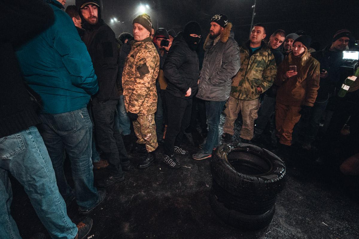 Активисты пытались поджечь шины у посольства России