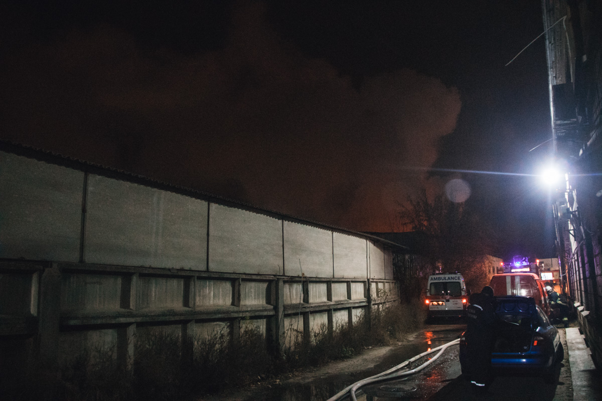 На месте работали служба спасения, пожарные, ГСЧС и карета скорой помощи
