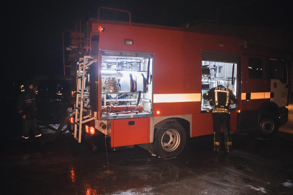 Территория возгорания точно не известна, но один из владельцев сказал, что общая площадь складов - около 280 квадратных метров