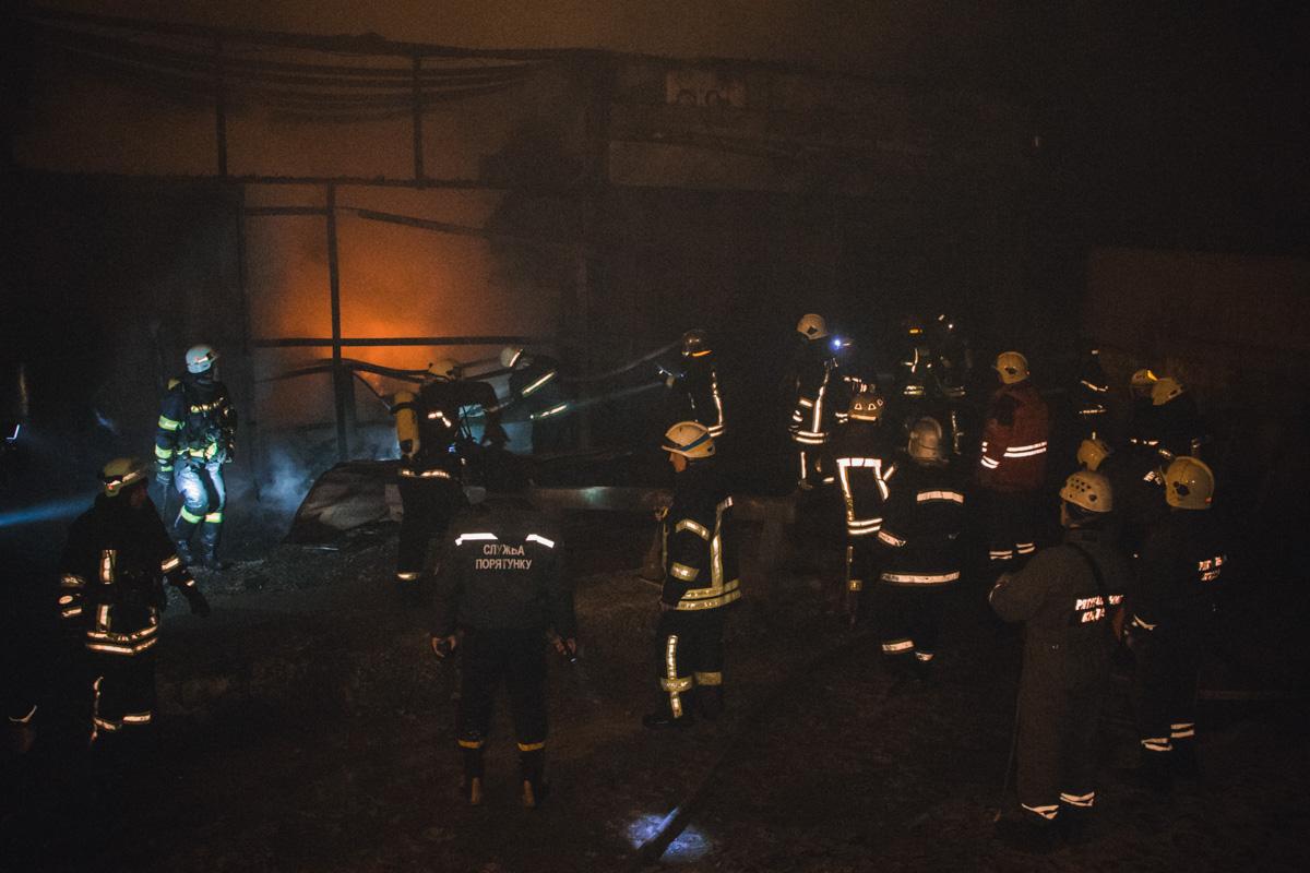 Загорелись склады, принадлежащие частному предприятию