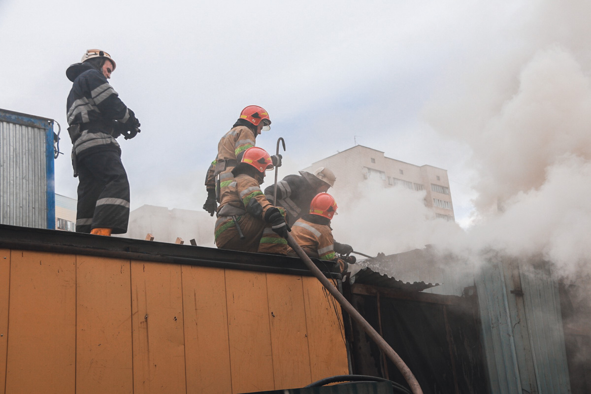 Загорелась будка охранника и помещение работников