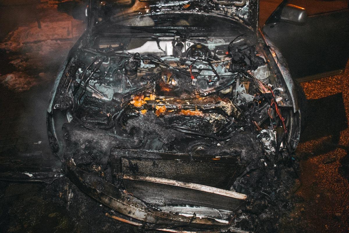 Огонь охватил моторный отсек машины