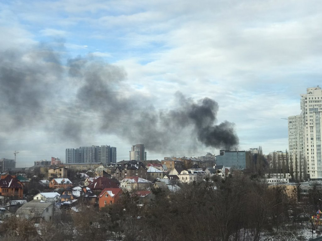 Небо на Дружбы Народов затянул черный дым