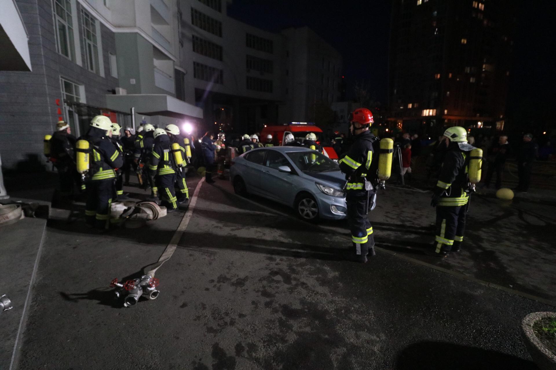На месте происшествия работали 20 единиц пожарной техники и 75 человек личного состава