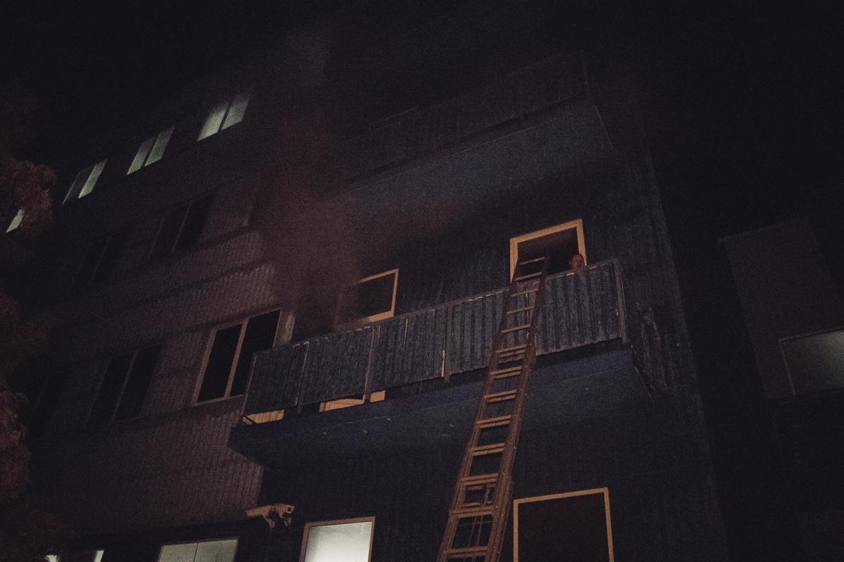 Из здания с помощью пожарных лестниц вывели мужчину и женщину