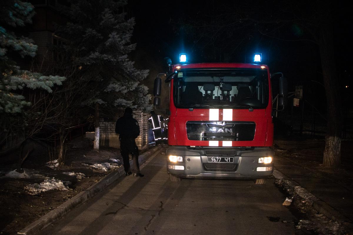 Местные жители вызвали спасателей после того, как увидели, что из канализационных люков идет едкий дым