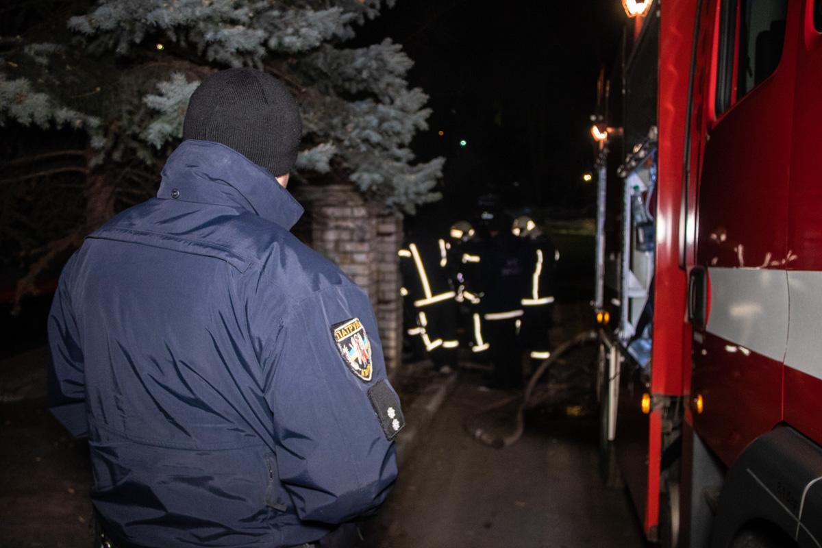 Из-за сильного задымления прибывшие на место происшествия пожарные не смогли сразу установить, где находится очаг возгорания