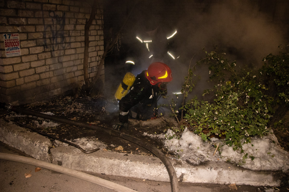 Спасатели обнаружили в одном из технических помещений теплосетей тлеющие вещи