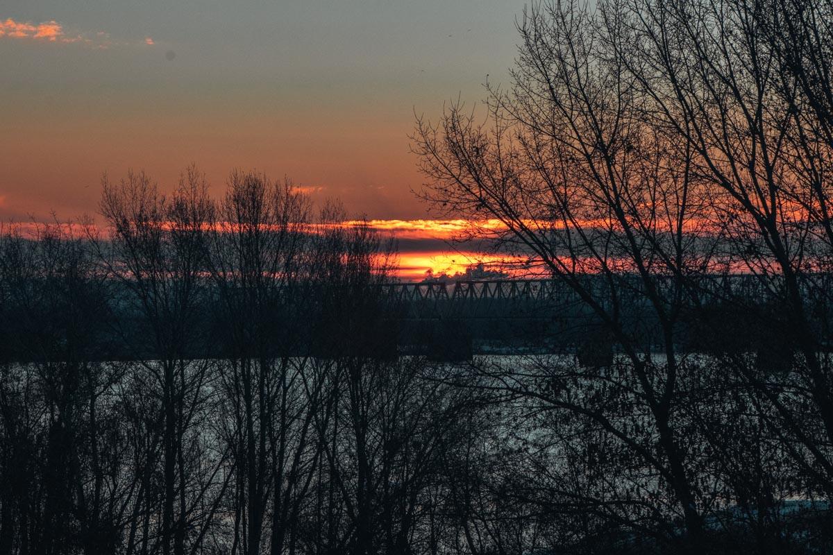 Морозное солнце подкрадывается из-за горизонта, чтобы разбудить тех, кто еще спал